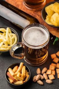 Arreglo de cerveza y bocadillos de alto ángulo