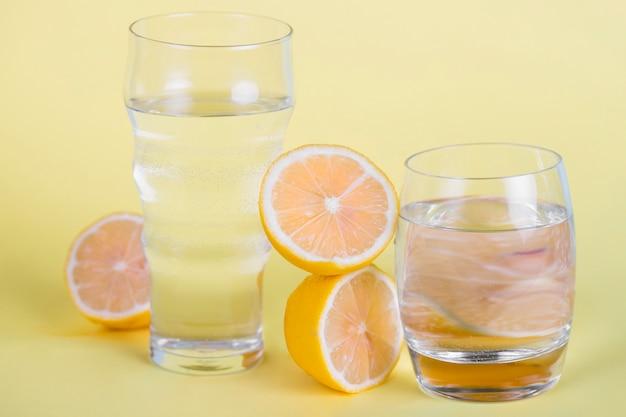 Arreglo con cítricos y vasos de agua.