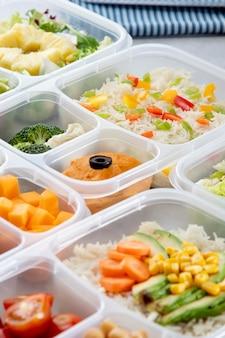 Arreglo de cocción por lotes de alto ángulo con alimentos saludables