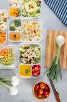 Arreglo de cocción por lotes de vista superior con alimentos saludables