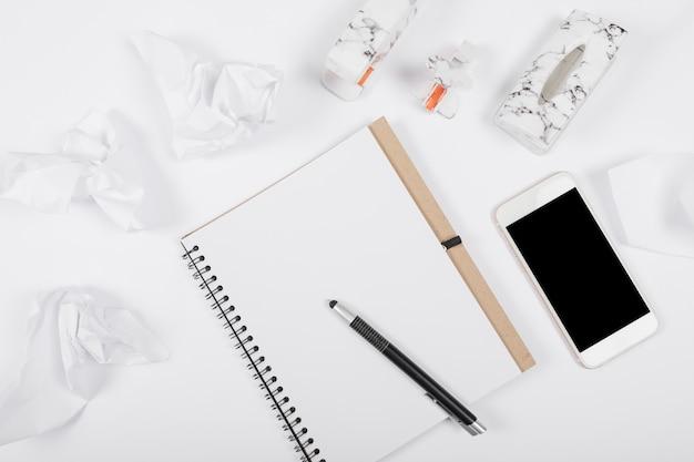Arreglo comercial minimalista sobre fondo blanco.