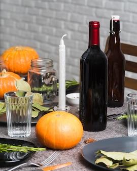 Arreglo de comida con botella de vino