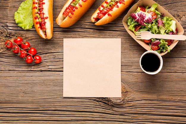 Arreglo de comida callejera con tarjeta blanca.