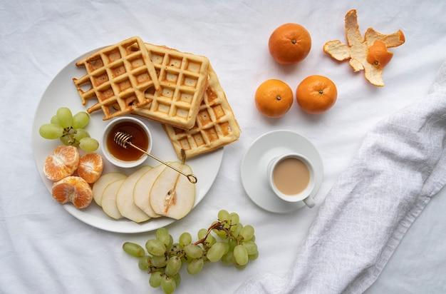 Arreglo de comida de desayuno de vista superior