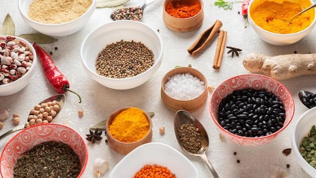 Arreglo de comida india de alto ángulo