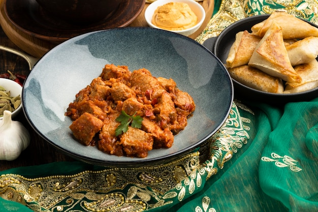 Arreglo de comida india con sari alto ángulo