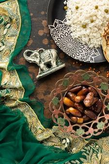 Arreglo de comida india y sari