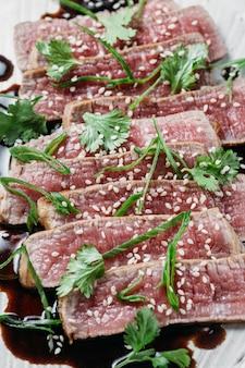 Arreglo de comida japonesa de alto ángulo