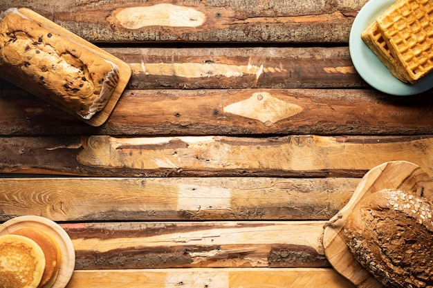 Arreglo de comida laica plana en mesa de madera