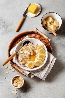 Arreglo de comida nutritiva para el desayuno