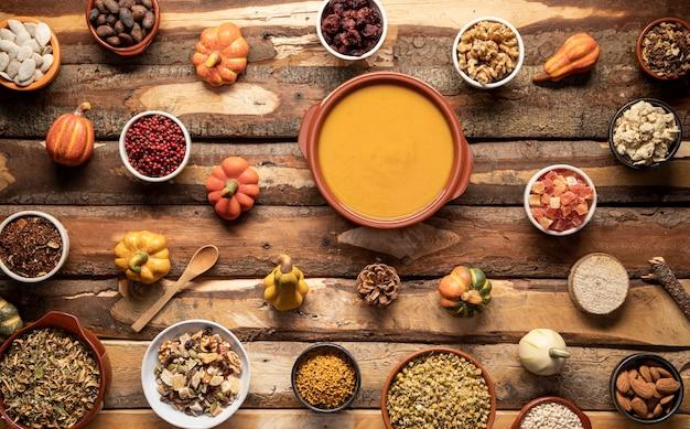 Arreglo con comida de otoño en mesa de madera.