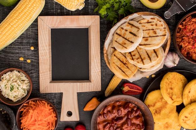Arreglo de comida plana con marco