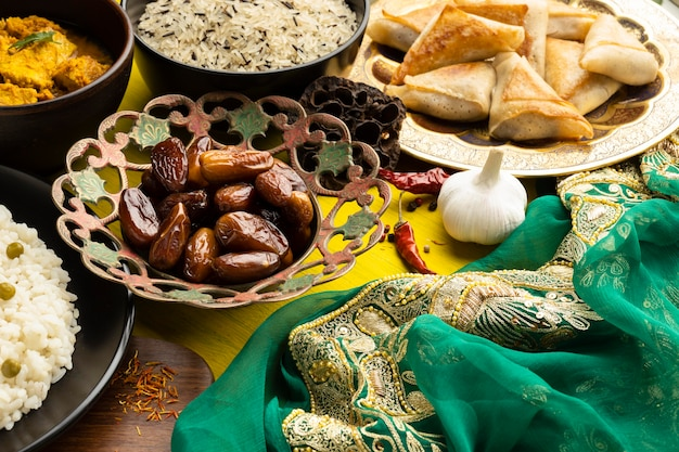 Arreglo de comida con sari alto ángulo.