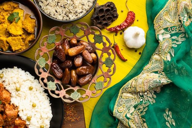 Arreglo de comida con sari flat lay.