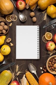 Arreglo de comida de vista superior con cuaderno