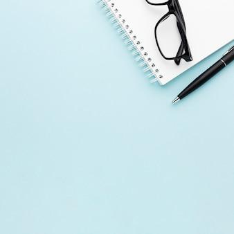 Arreglo de concepto de escritorio con gafas