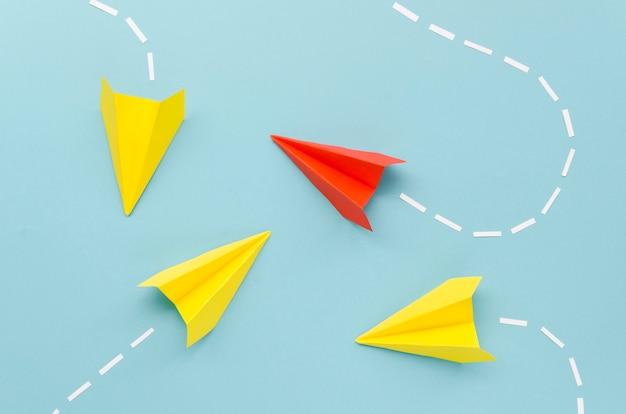 Arreglo para el concepto de individualidad con aviones de papel sobre fondo azul.