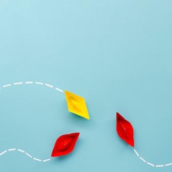 Arreglo para el concepto de individualidad con barcos de papel