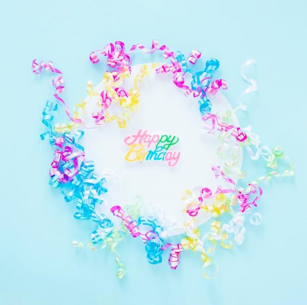 Arreglo de confeti de colores sobre fondo azul.