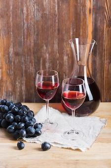 Arreglo de copas y jarra de vino.