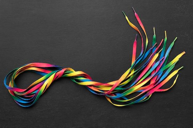 Arreglo de cordones de colores sobre fondo oscuro