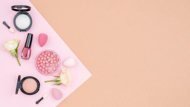 Arreglo de cosméticos con copia espacio sobre fondo beige
