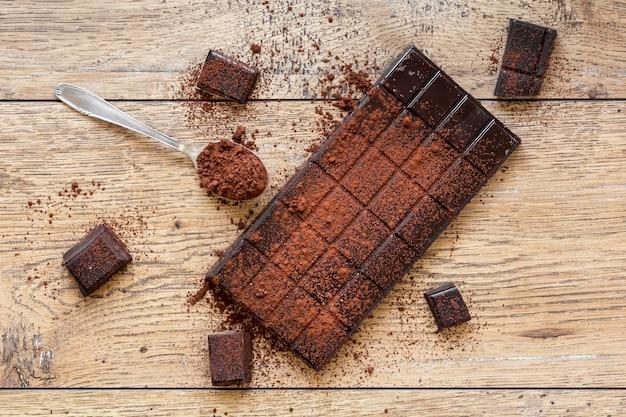 Arreglo creativo de chocolate sobre fondo de madera