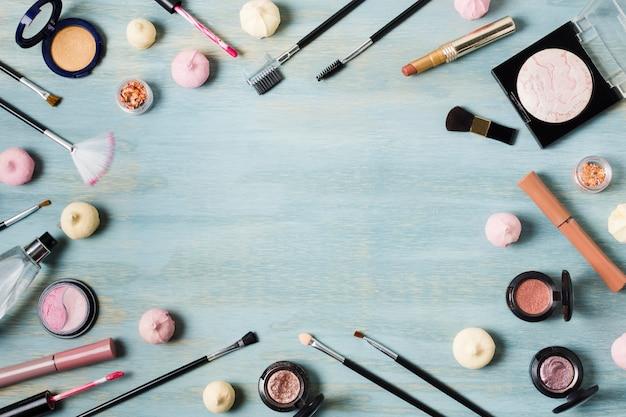 Arreglo creativo de cosmética en superficie coloreada.