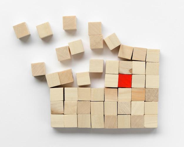 Arreglo creativo de cubos de madera sobre fondo blanco.