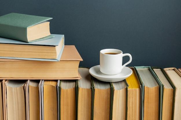 Arreglo creativo con diferentes libros y café.