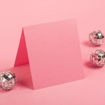 Arreglo creativo para la fiesta de quinceañera en la mesa con el primer plano de la tarjeta vacía