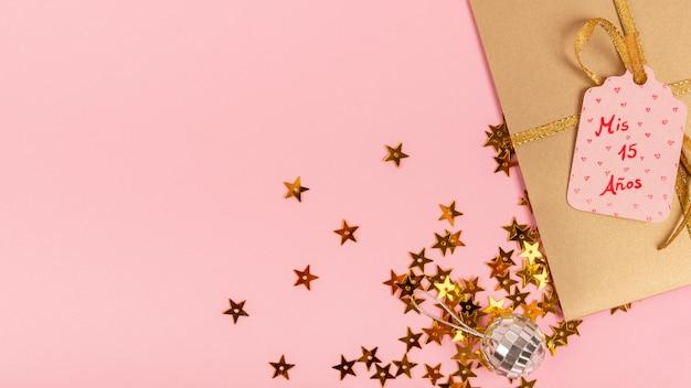Arreglo creativo para fiesta de quinceañera con regalo envuelto