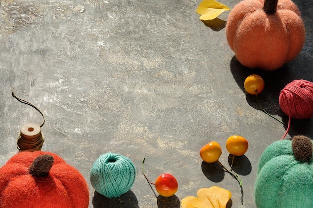 Arreglo creativo de materiales artesanales para tejer y crochet.