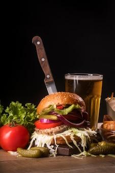 Arreglo creativo con menú de hamburguesas