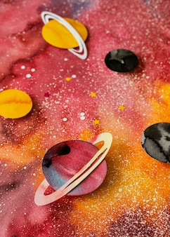Arreglo creativo de planetas de papel.