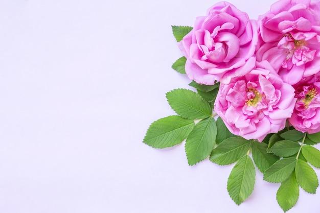 Arreglo creativo de rosas rosadas