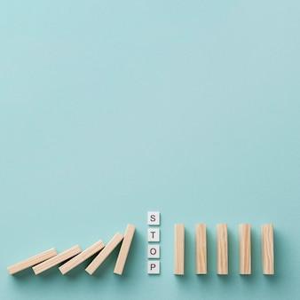 Arreglo de crisis financiera con piezas de madera