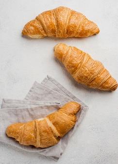 Arreglo de croissants y telas al horno