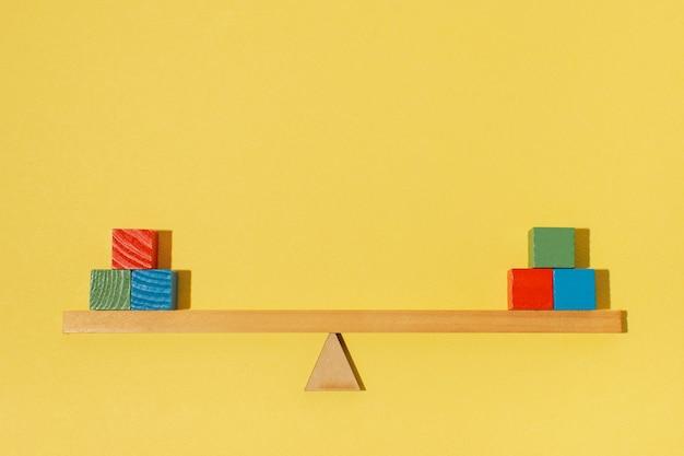 Arreglo con cubos de colores de madera