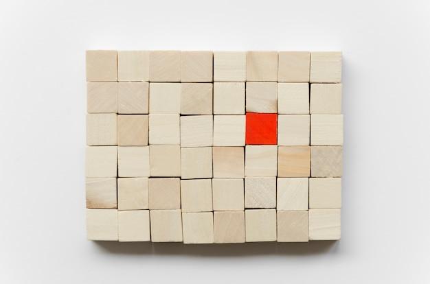 Arreglo de cubos de madera sobre fondo blanco.