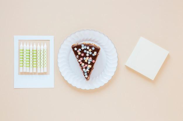 Arreglo de cumpleaños minimalista con delicioso pastel en rodajas
