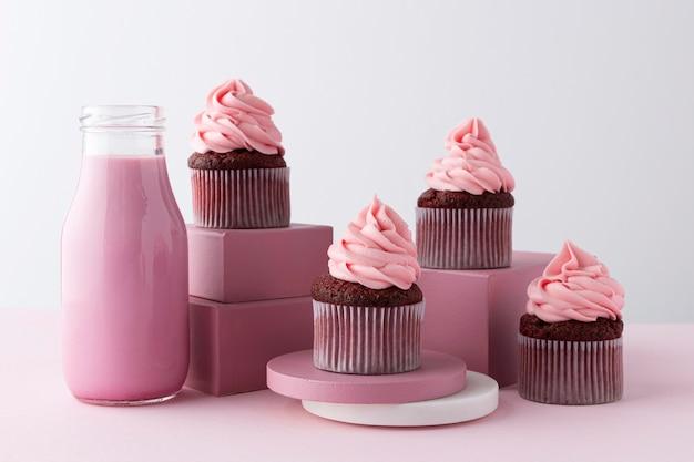 Arreglo con cupcakes y bebida rosa