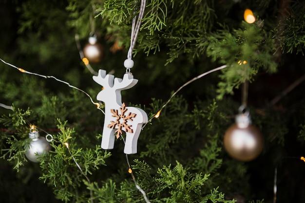 Arreglo con decoración de renos en forma de árbol de navidad
