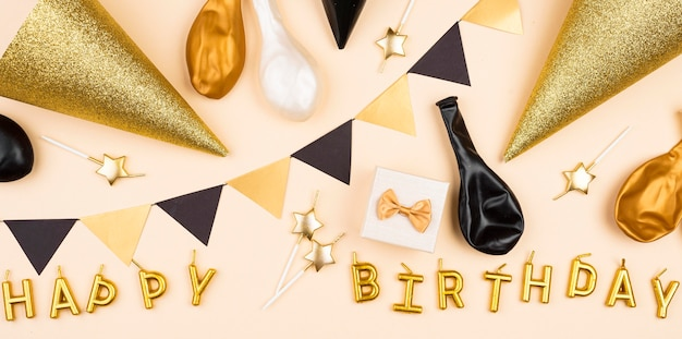 Arreglo de decoraciones de cumpleaños de vista superior