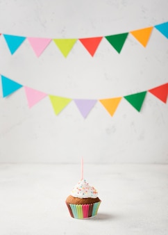 Arreglo con decoraciones de fiesta y muffins