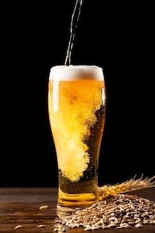 Arreglo de deliciosa cerveza americana