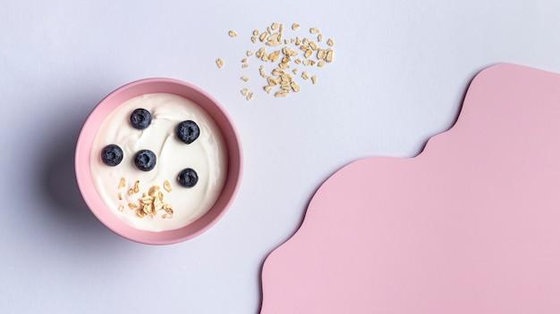 Arreglo de una deliciosa comida de desayuno con yogur