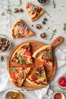 Arreglo de deliciosa pizza tradicional