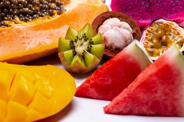 Arreglo de deliciosas frutas exóticas.