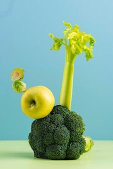 Arreglo de deliciosas frutas y verduras frescas.